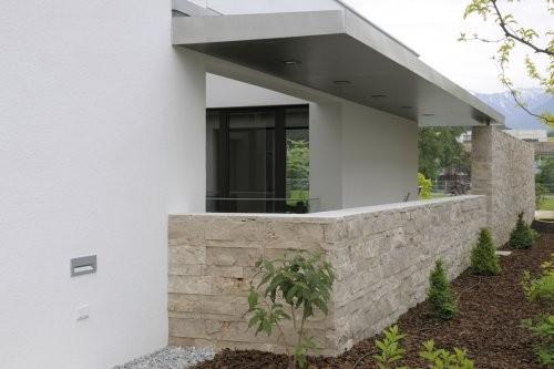 Balkonverkleidung mit hellem Travertin - gespaltene Oberfläche
