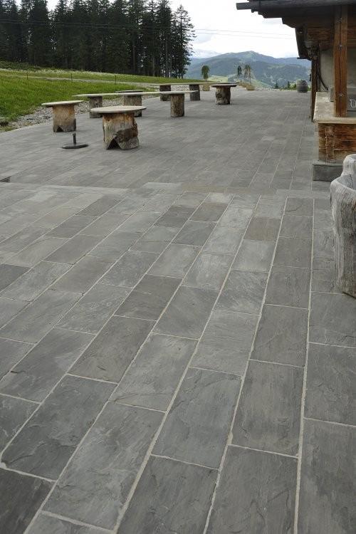 große einladende Terrasse mit grauen Formatplatten