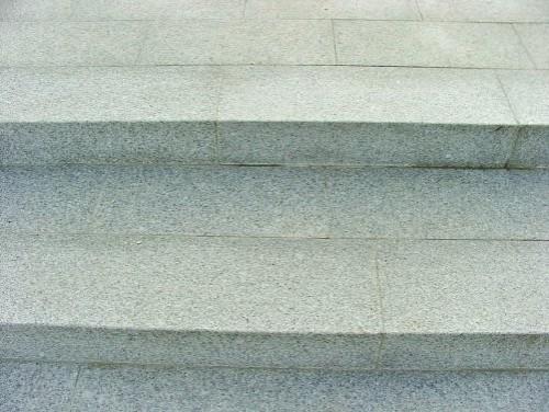 Granit weiß-grau, Stufen