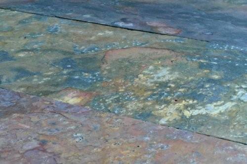 Nahaufnahme Buntschiefer mit spaltauer Oberfläche