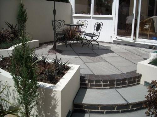 Terrasse aus grauem Naturstein