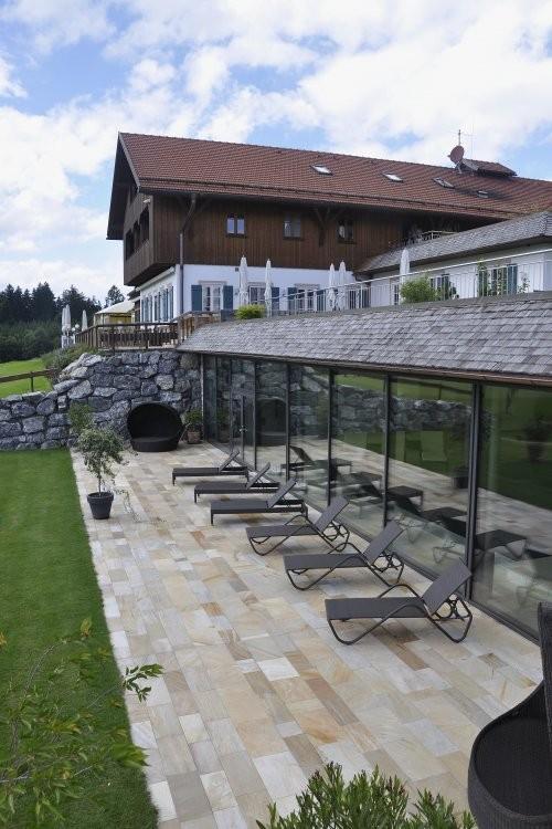 Wellnessbereich mit Terrasse verlegt mit Sonat 502 Quarzit, spaltraue Oberfläche
