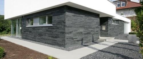 schwarzer Schiefer als Wandverblender im Außenbereich