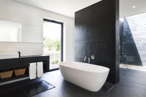 Eleganter Porto Schiefer im Badezimmer in Kombination mit weißer Keramik