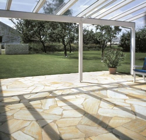 private Terrasse mit Polygonalplatten verlegt - hier Sonat Artikel: 3-6 Stück pro Quadratmeter