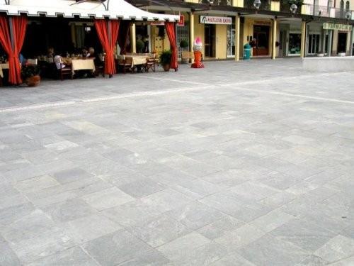 Fußgängerzone Boden aus Quarzit hellgrau, spaltrau