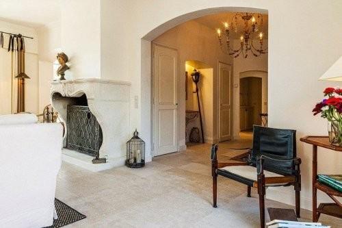 Wohnbereich, Bodenplatten erhellen die Räumlichkeiten