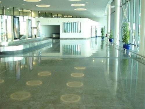 polierte Oberfläche eines Eingangsbereiches mit Kalkstein aus Europa