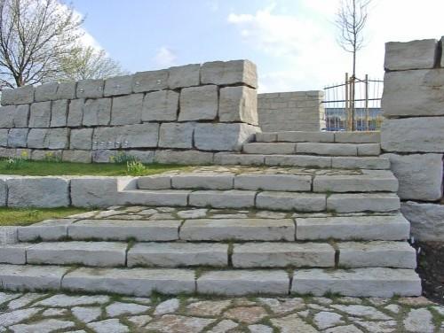 SONAT 215, Jura Kalkstein, beige, als Massivstufen, teilweise gesägt, Treppe