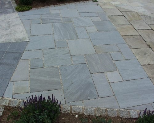 Gartenanlage aus Kandla grau im römischen Verband