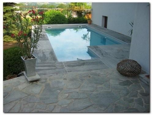 Polygonalplatten im Poolbereich aus grauem Sandstein