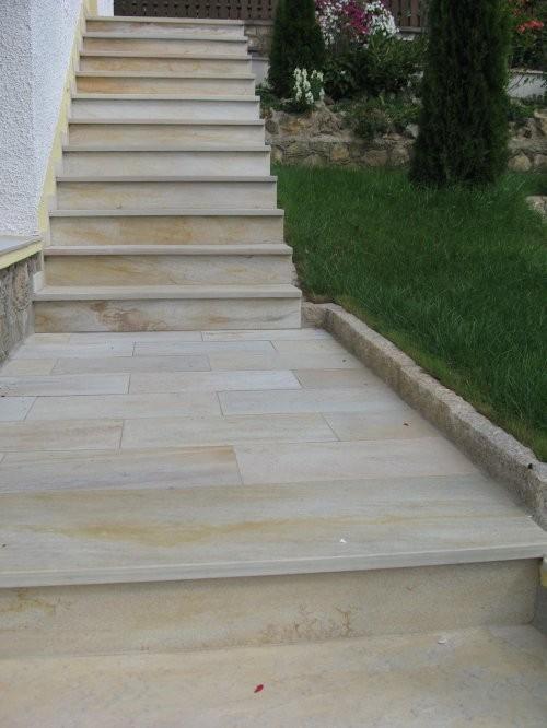 Treppen- und Podestbelag aus Naturstein - Hier Quarzit Sonat 502 - hell gelb - Oberfläche spaltrau