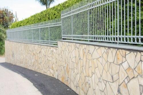 Solnhofener Naturstein, Polygonalplatten, Zaun