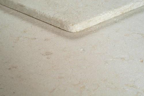 getrommelte Kante und Oberfläche des hellen Kalksteins