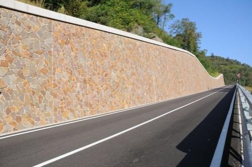 Polygonalplatten an Mauer