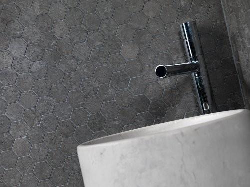 graue Mosaikplatten im Bad
