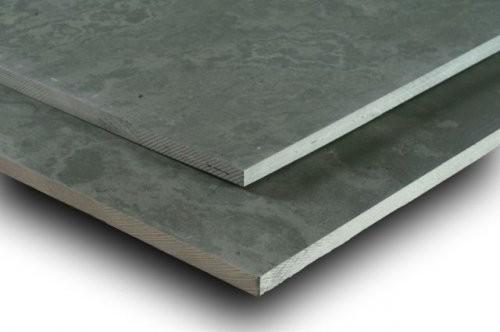 Nahaufnahme spaltrauer Oberfläche mit gesägten Kanten des grauen Schiefers