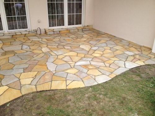 Polygonalplatten auf der Terrasse