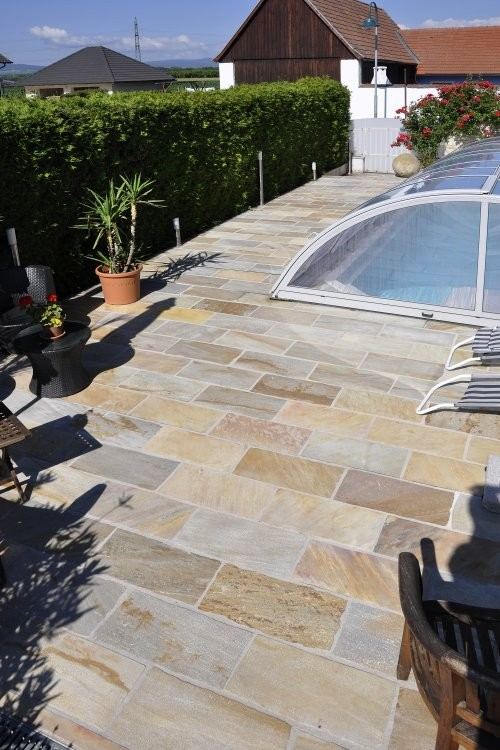 Handbekantete Platten - verlegt im Poolbereich - Privat