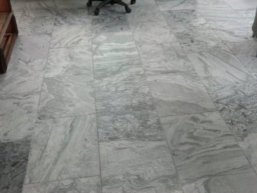 Bodenplatten aus Quarzit silbergrau, geflammt und gebürstet