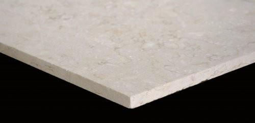Nahaufnahme gesägte Kanten hell beiger Kalkstein