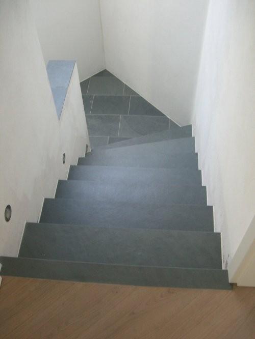 Treppe aus Schiefer Jade grau, spaltraue Oberfläche