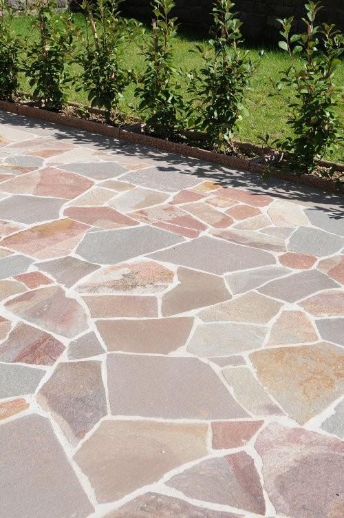 Bunte Polygonalplatten im Außenbereich