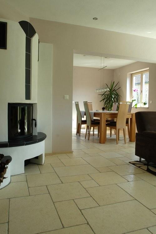 Wohn- und Essbereich cremefarbener Kalkstein