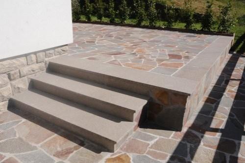 Polygonalplatten und Treppe im Garten aus Porphyr